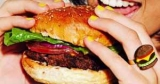 Ученые выяснили, что вредная пища превращает людей в пищевых наркоманов